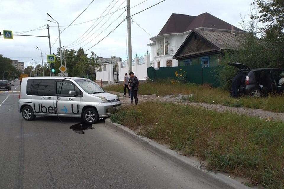 Поворот не туда: таксист въехал в забор в Хабаровске. Фото: Госавтоинспекция Хабаровска.
