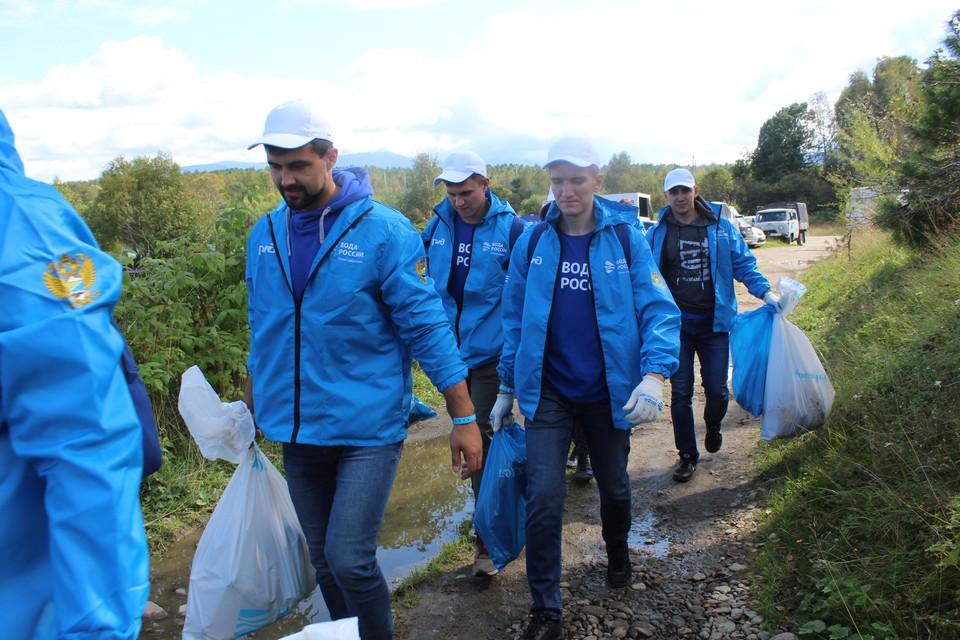 Сотрудники РЖД помогли очистить берег Байкала. Фото: пресс-служба ВСЖД.
