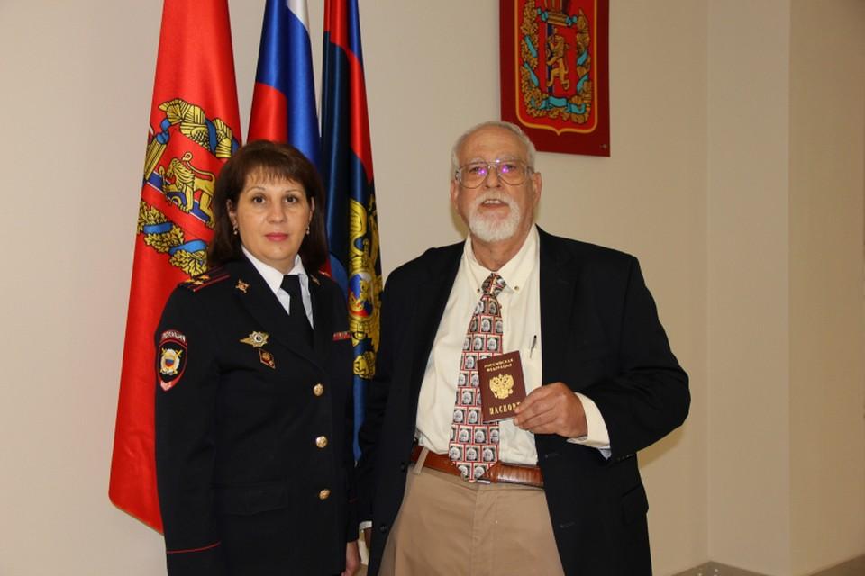В Красноярске вручили паспорт уроженцу США, женившемуся на россиянке. Фото: пресс-служба МВД России по краю
