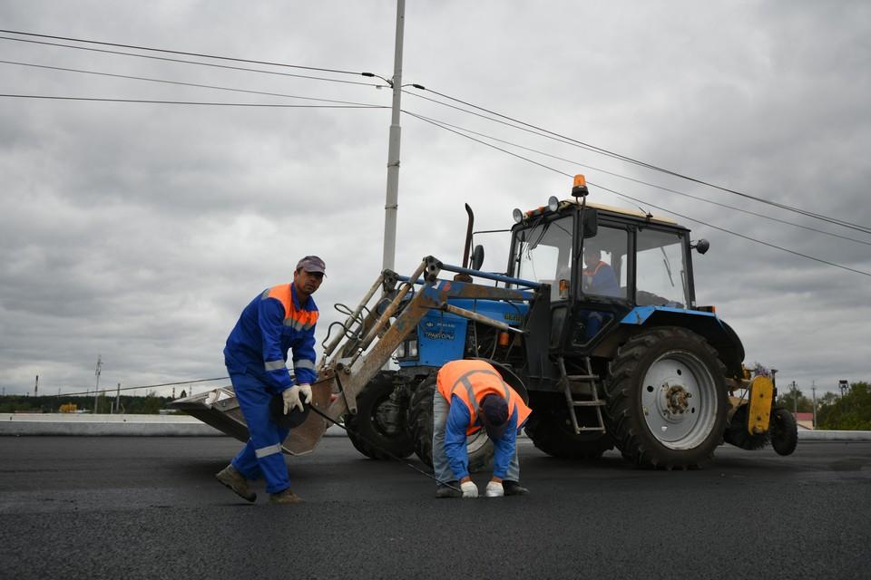 Рабочие уже уложили новое асфальтобетонное покрытие