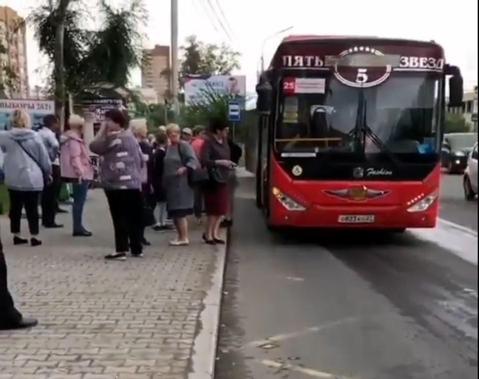«Молиться надо»: пассажиров автобуса в Хабаровске высадили из-за намаза. Фото: стоп-кадр видео