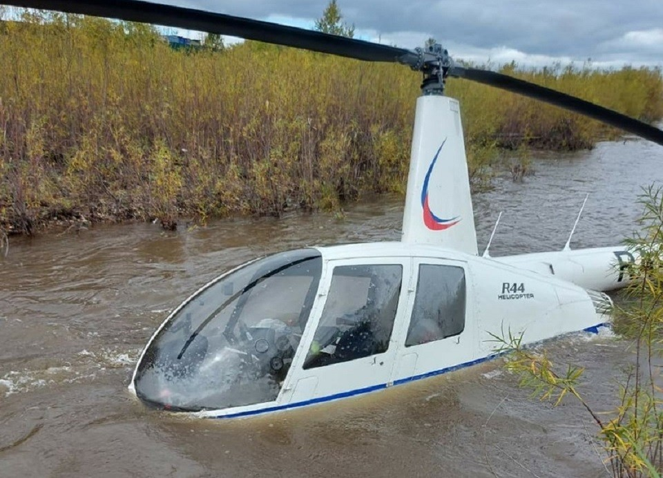 Вертолет совершил экстренную посадку на реку в Чите. Фото: Восточное межрегиональное следственное управление на транспорте Следственного комитета Российской Федерации