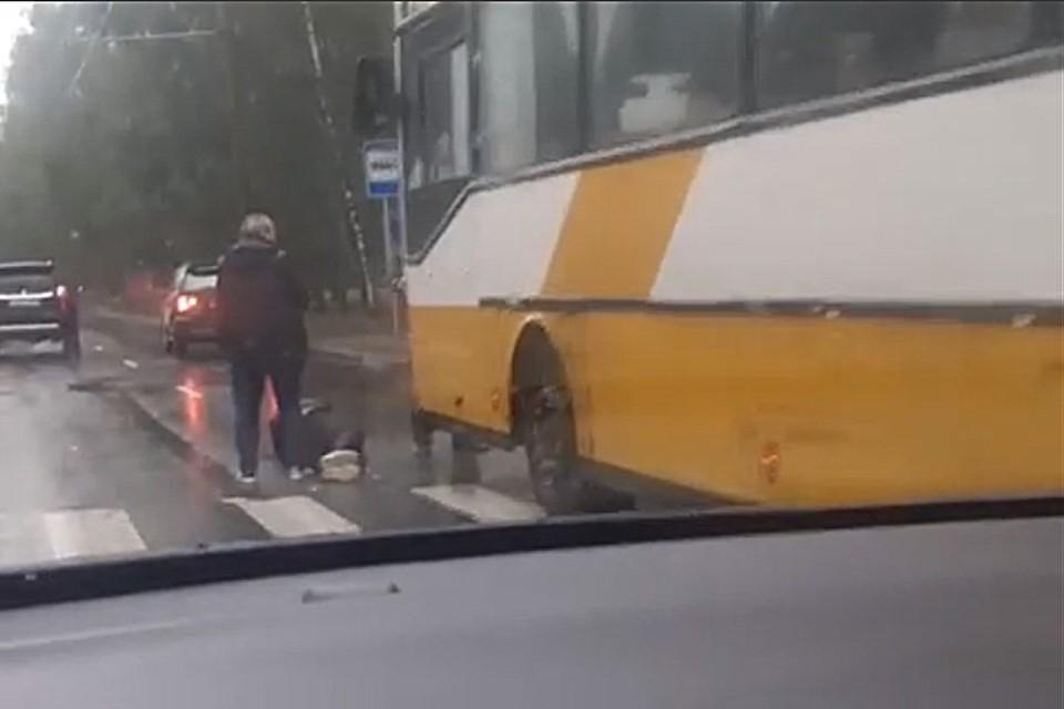 ДТП на улице Георгиева в Барнауле (фото: Скриншот видео со страницы https://vk.com/incident22)