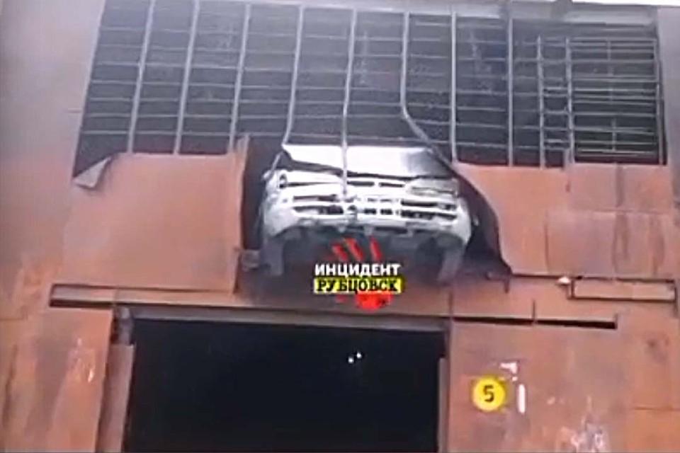ДТП в гаражном комплексе Рубцовска (фото: скриншот видео со страницы vk.com/incident_rubtsovsk)