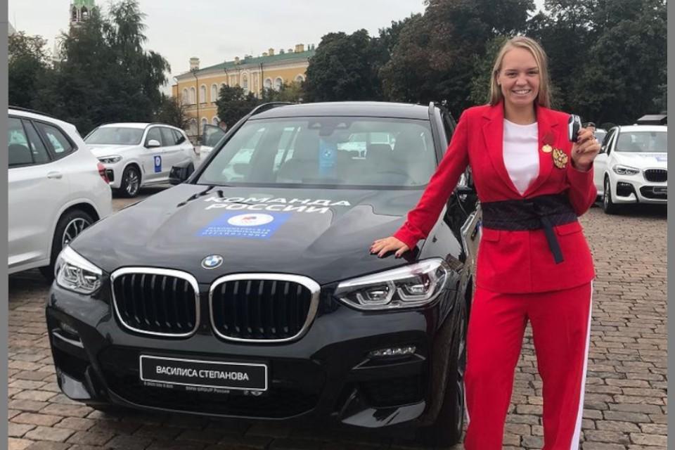 Наша чемпионка с новеньким авто. Фото: instagram.com/vasilisa_stepanova_2020