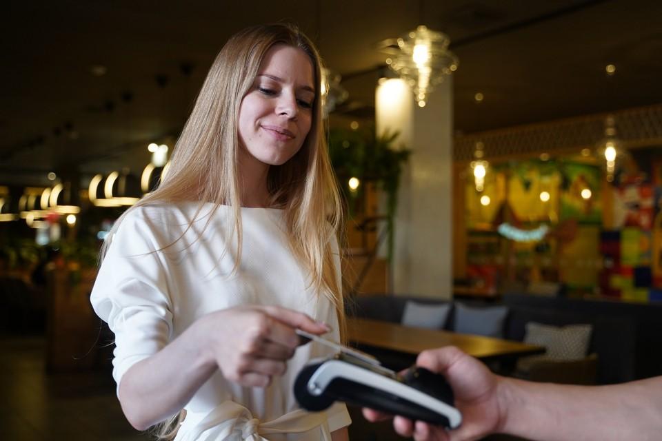 Все чаще самарцы предпочитают расплачиваться банковскими картами