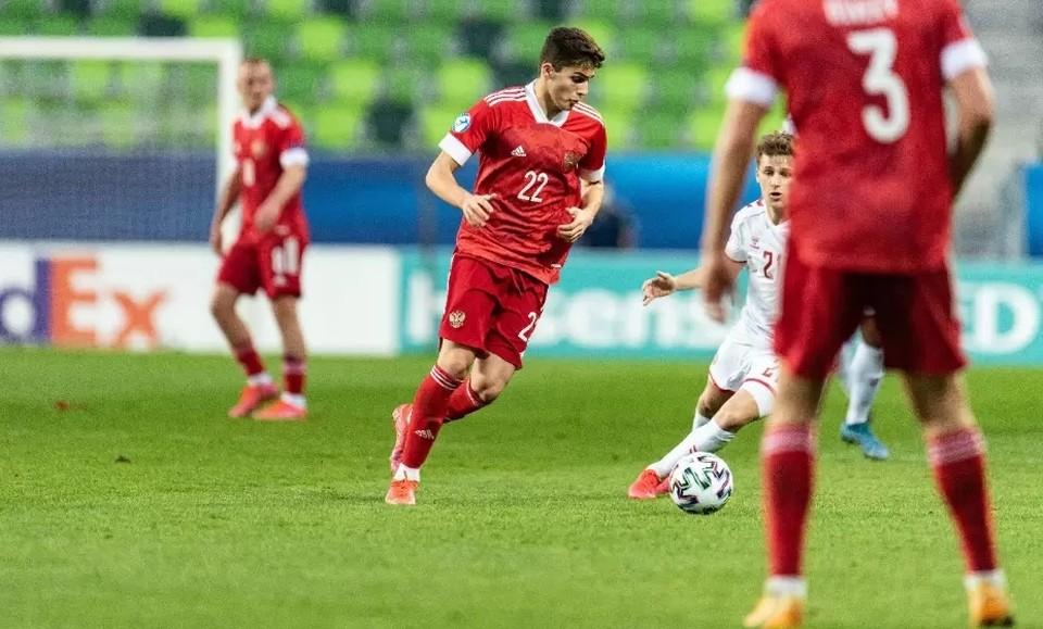 Захаряну (с мячом) всего 18 лет, но он уже игрок основы «Динамо» и дебютировал в сборной России.