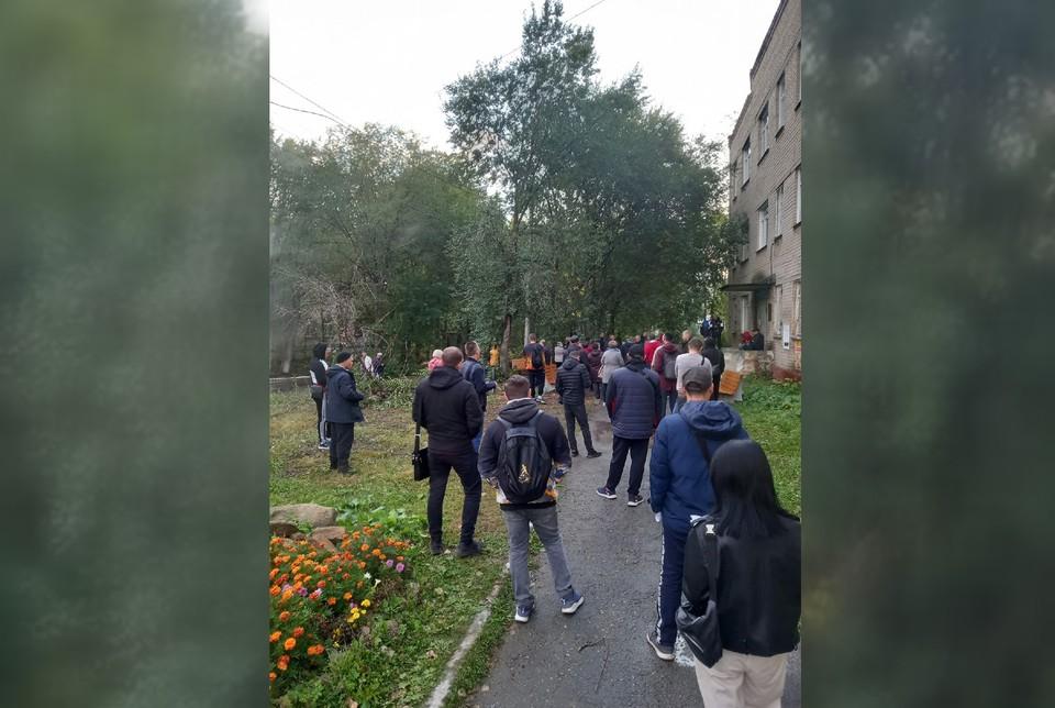 Люди стоят в очереди на улице перед входом в больницу. Фото: Иван Телегин/vk.com