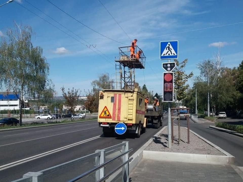 В настоящее время специалисты монтируют контактную сеть по улицам Королева и Щорса.