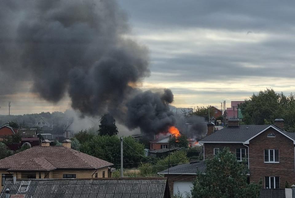 В Борках загорелся частный жилой дом, а от него соседний. На месте работают пожарные. Фото: 7info.ru