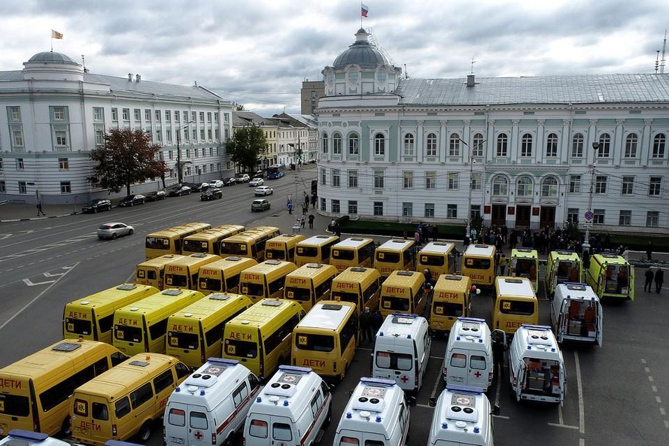 Новые автобусы выстроили на площади Михаила Тверского.
