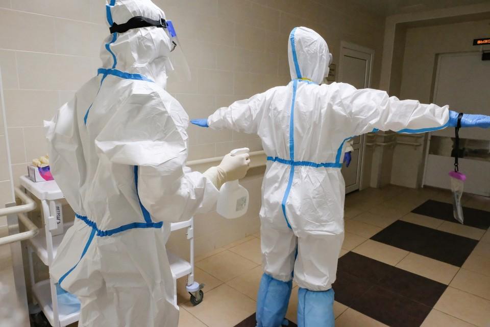 В палаты к больным медики заходят в защитным костюмах