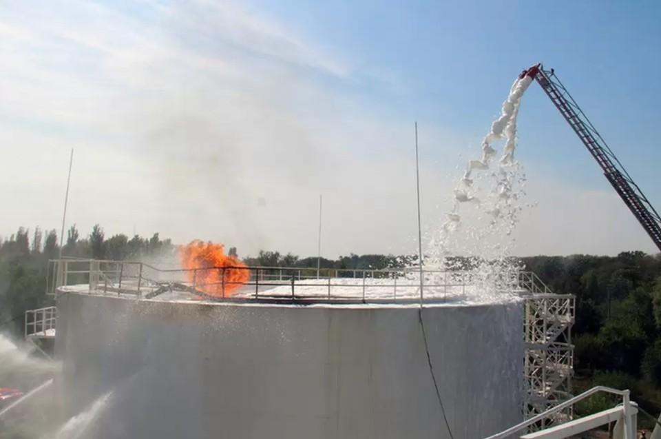 Была атакована нефтебаза в Кировском районе столицы с применением ударного беспилотника. Фото: МЧС ДНР