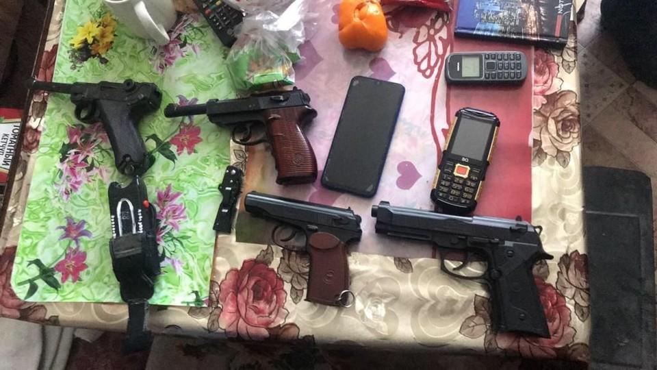 Арсенал оружия и запрещенные материалы хранились у задержанного в квартире. Фото: СУ СКР по Челябинской области.