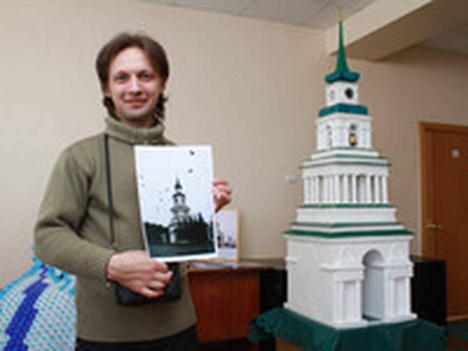 Алексей Веретнов и его модель колокольни.