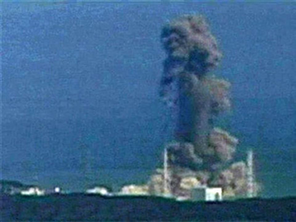 Над АЭС поднимается столб дыма