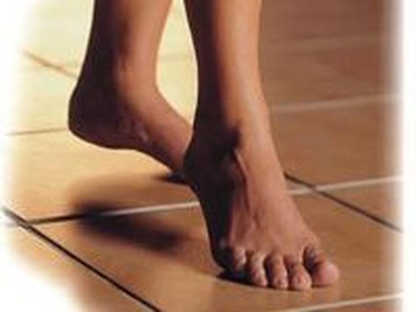Член мужской по пальцам ног в постели