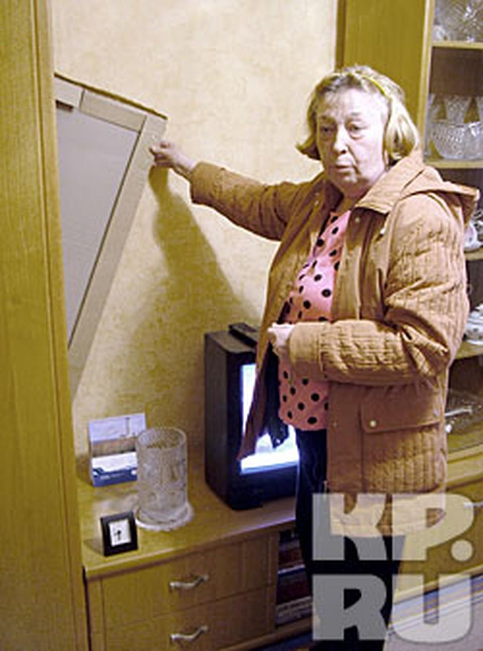 - Чтобы шкаф от стены не намок, я картонку к задней стенке приставила, - показывает Марина Андреевна.