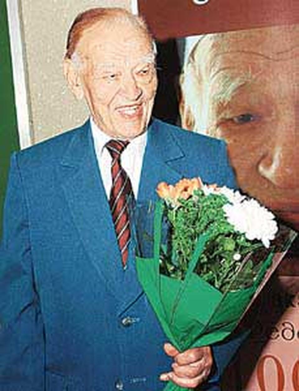 Свое 100-летие академик Федор Углов встретил книгой «Человеку мало века».