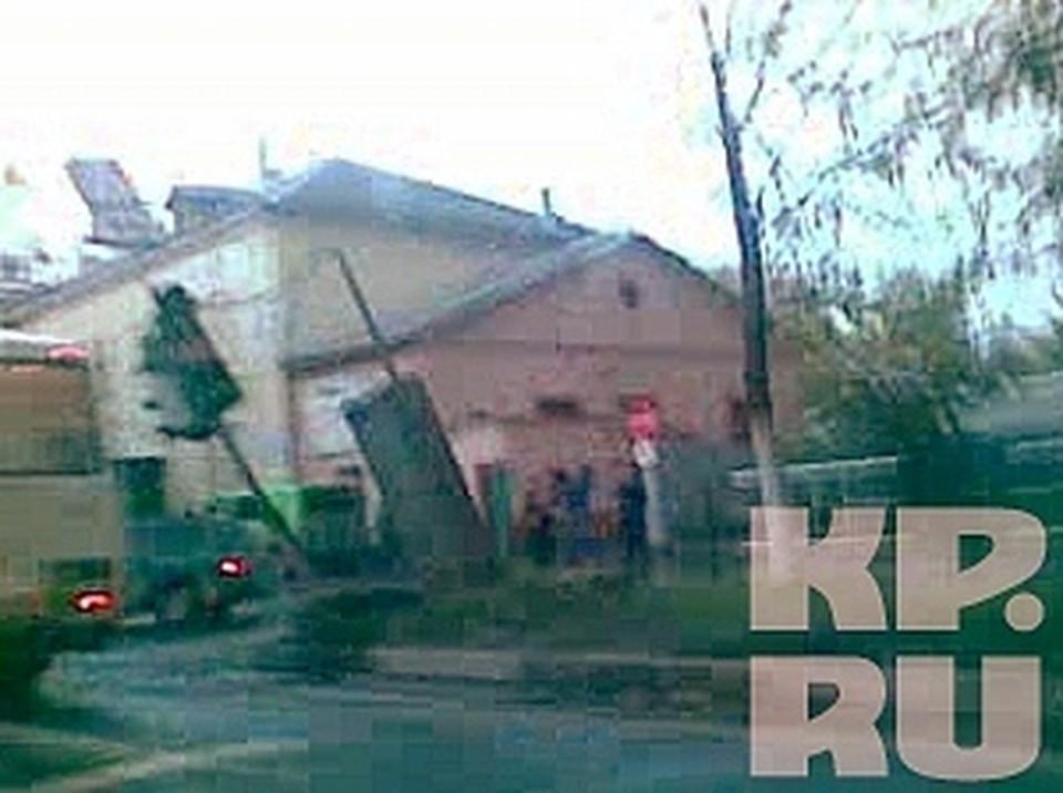 Троллейбус врезался на перекрестке в светофор в Вологде.