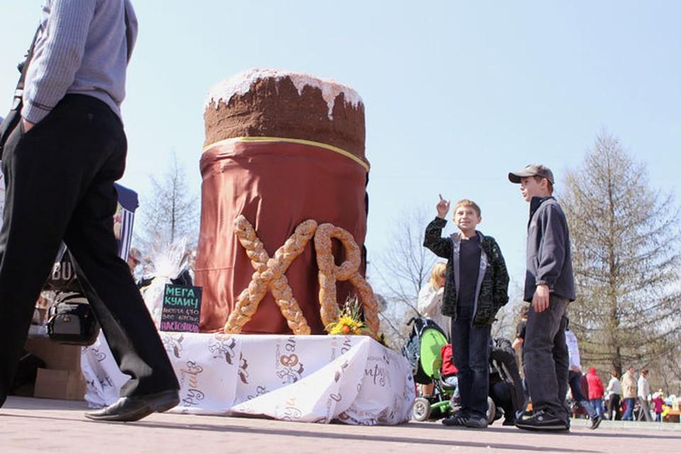 Для больных детишек в Челябинске испекли огромный кулич