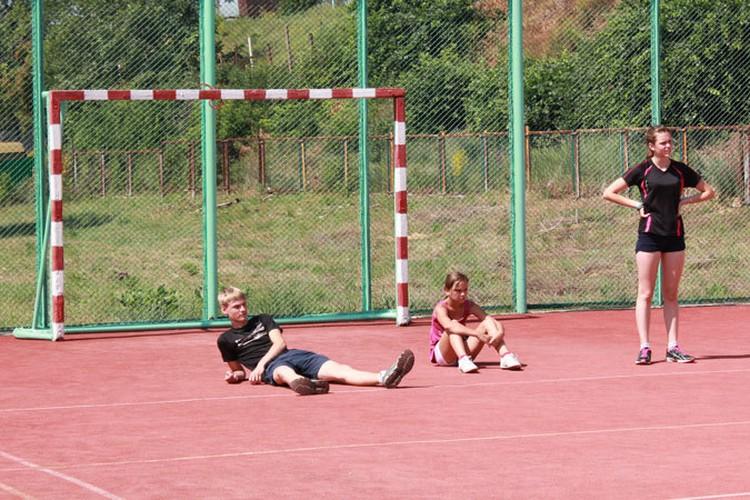 Ворота на спортплощадке детского лагеря ребятам больше не опасны.