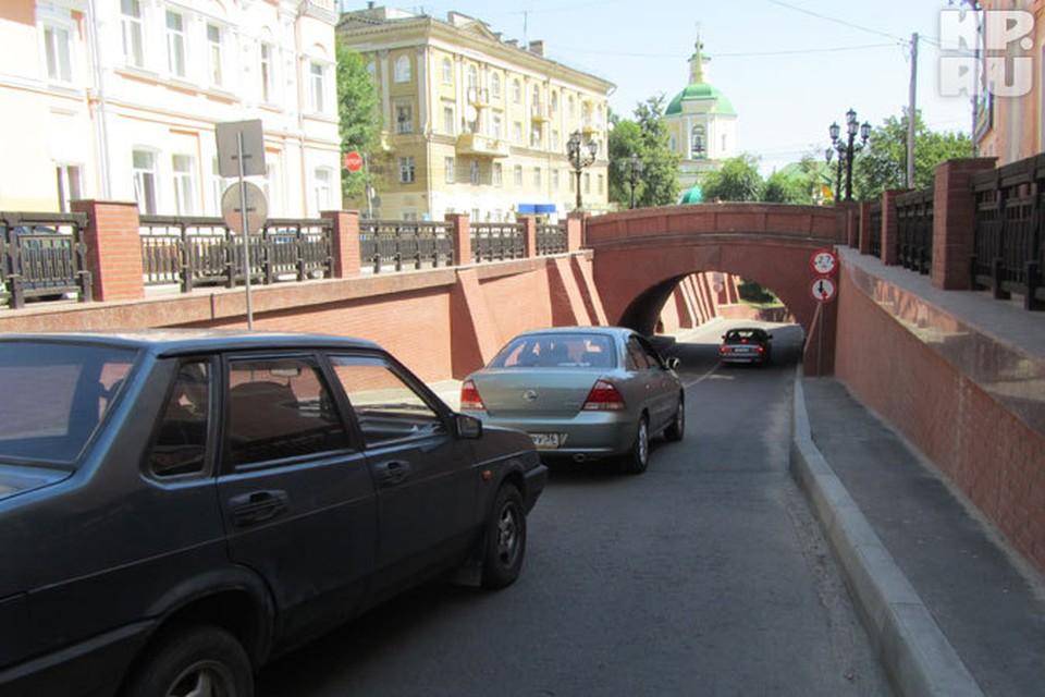 Защитную арку со стороны ул. Володарского очередной лихач будет восстанавливать за свой счет.