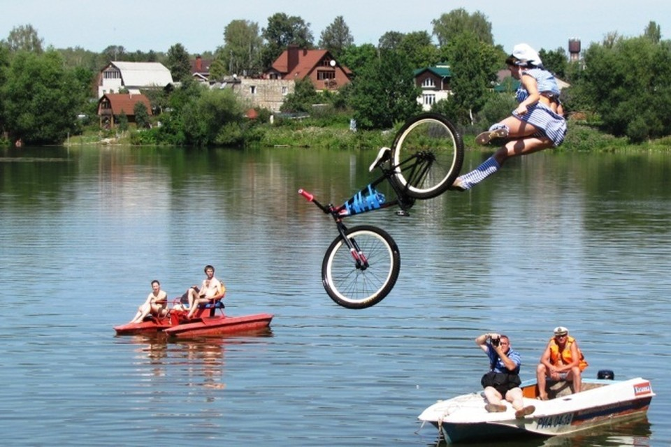 С трамплина экстремалы прыгали в реку Талку.