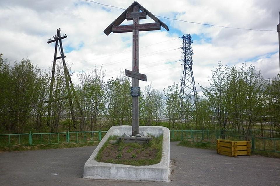 поклонный крест памяти Феодорита Кольского, который основал на Кольской земле монастырь.