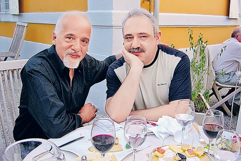 Пауло Коэльо и Дмитрий Воскобойников (справа) - мужская дружба отлично скрепляется бокалом хорошего вина.