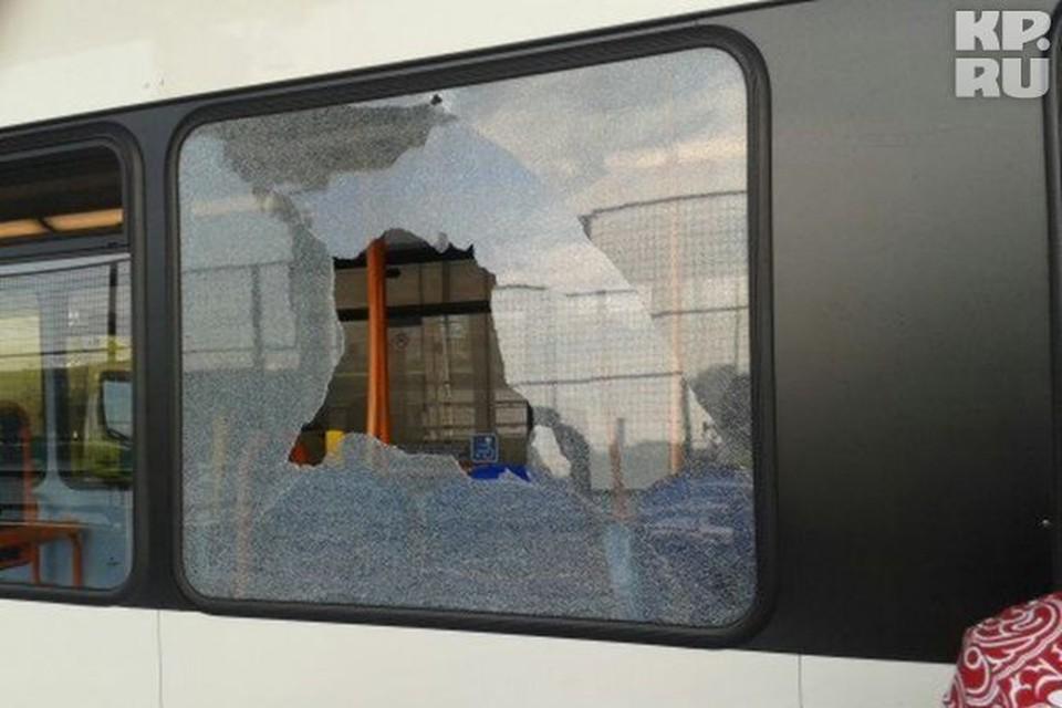 Британские правоохранители полагают что выстрела не было, а кто-то просто бросил камень в окно, однако отверстия на стекле говорят об обратном.