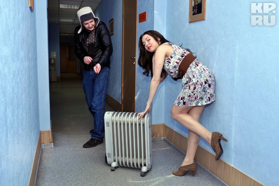 Пока одни млеют от тепла в квартирах, другие хватаются за любой обогреватель.