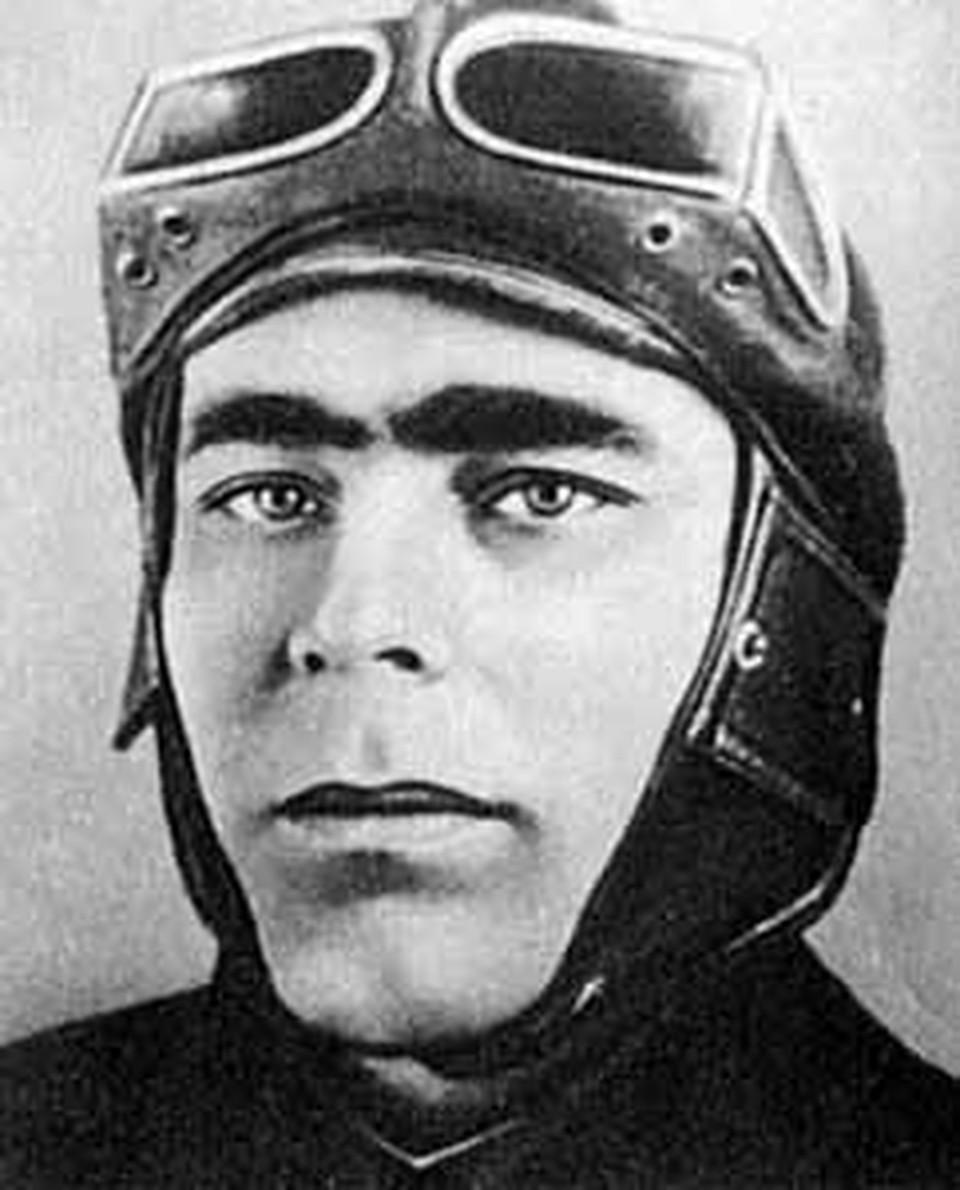 Таким Леонид Ильич  был в тридцатые годы: бравый и серьезный!..
