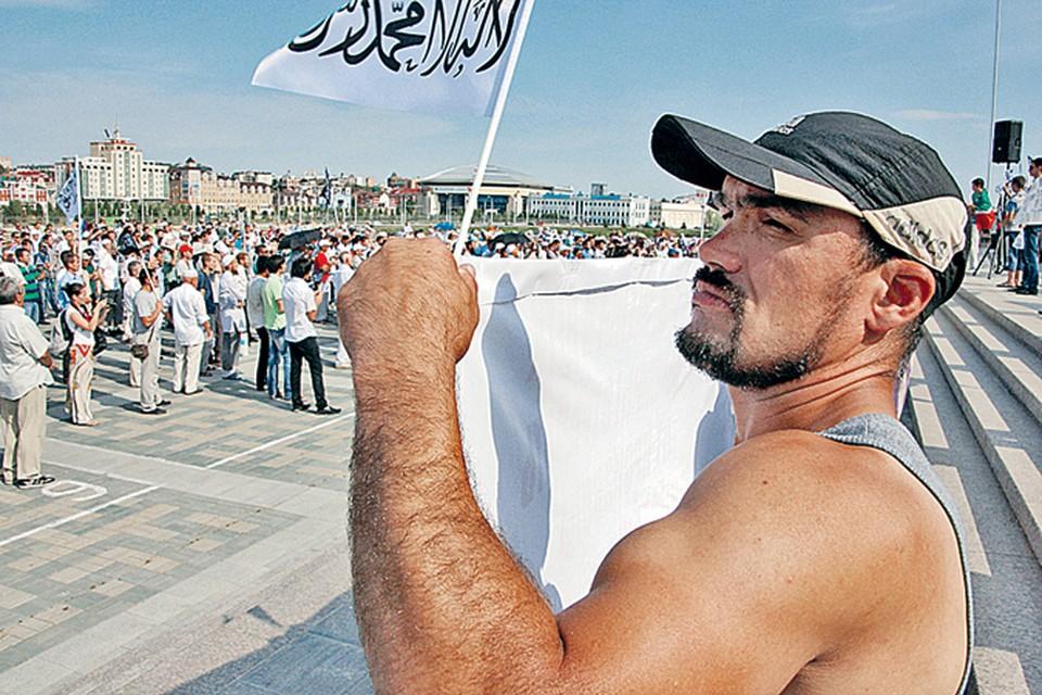 Митинг в Казани против того, чтобы среди ваххабитов искали убийц пророссийского имама. На этом митинге запретили поднимать флаги России и Татарстана. Только флажки с арабской вязью.