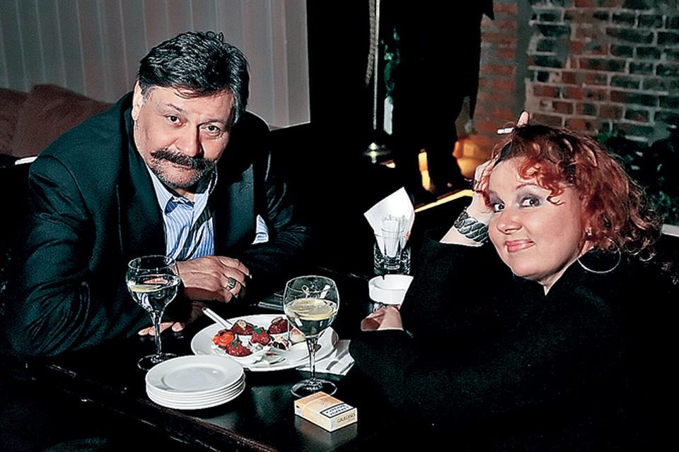 Первую серию «Кухни» Актер смотрел с женой Ольгой Васильевой в одном из столичных ресторанов, где проходила презентация проекта.