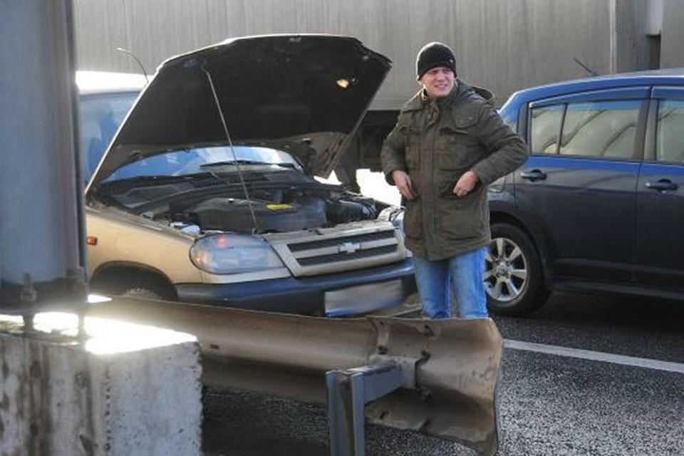 Корреспондент «КП» встал на МКАД и изобразил поломку двигателя.