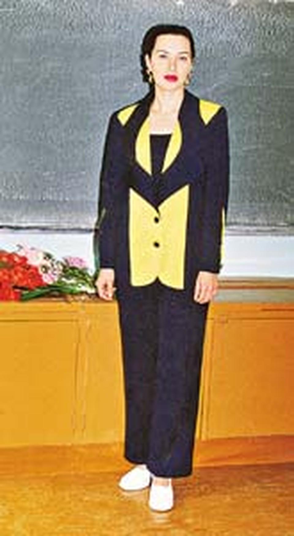 Елена Николаевна у доски в классе...