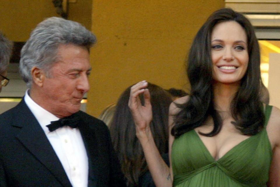 Дастин Хофман не может оторвать взгляд от груди Джоли