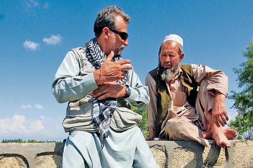 - Для себя ты кто: Саша или Ахмад? - спросил десантник Виктор Рыжов (слева). - Саша... - признался афганский мулла.