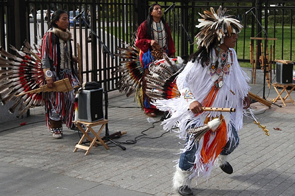 Как стало известно, среди задержанных оказались и шестеро участников музыкальной группы эквадорских индейцев