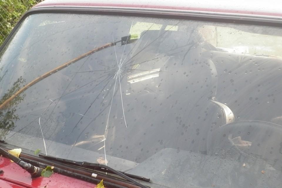 От града пострадали четыре машины.