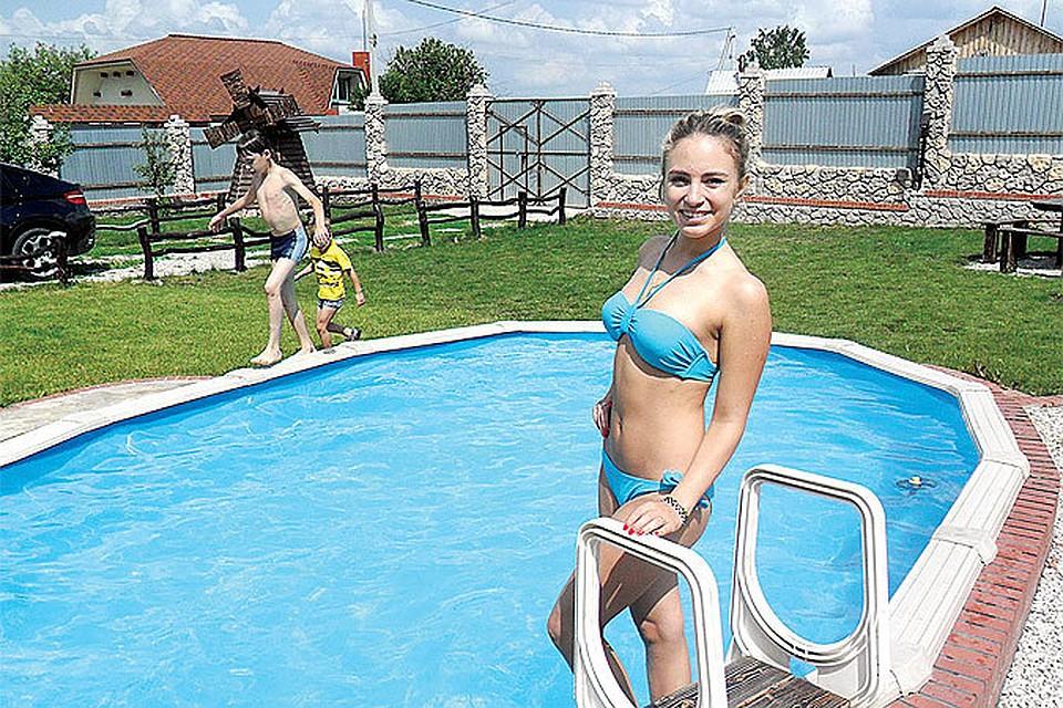 Молодые девушки тренируются в бассейне смотреть онлайн фото 683-525