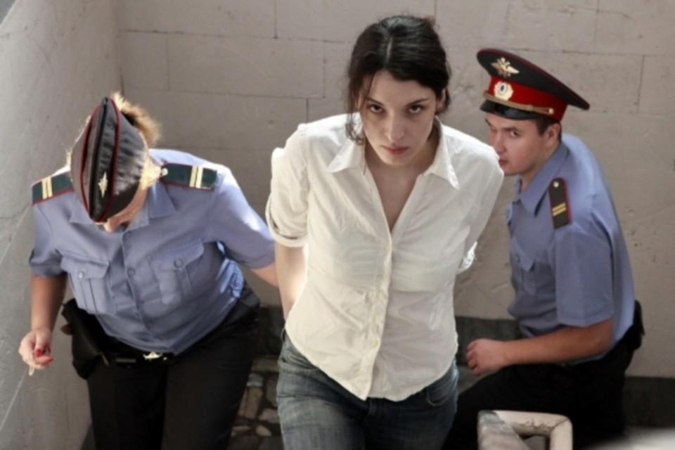 Разница между двумя заключенными в том, что Толоконникова должна выйти на свободу уже через полгода, а Хасис - лишь в 2027 году
