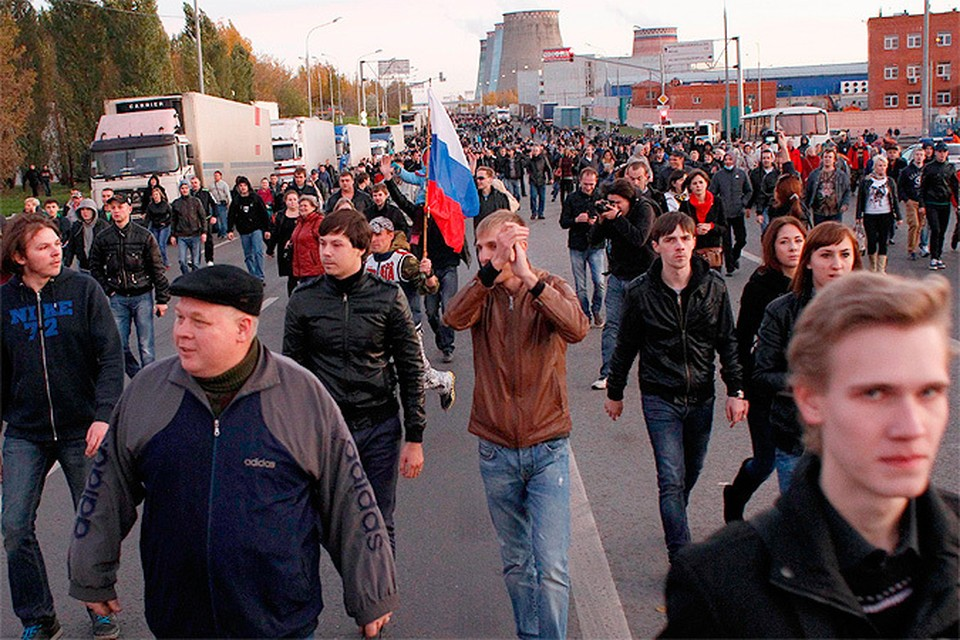 Вечер 13 октября 2013 года. Жители Бирюлево и неравнодушные к беде москвичи перекрывают дорожное движение ради марша к овощебазе.