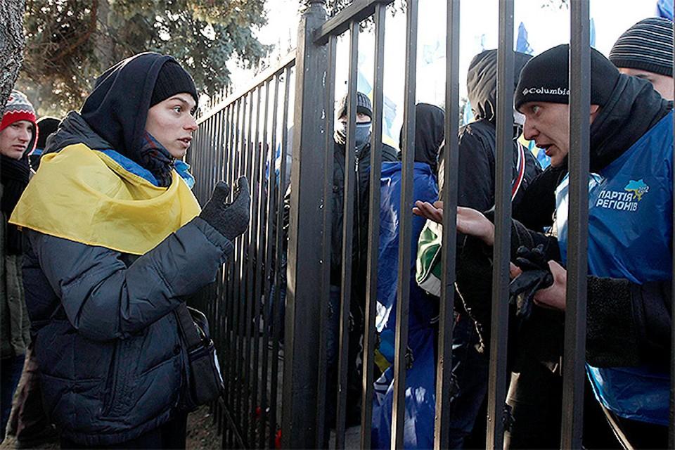Эмоциональное общение сторонников и противников евроинтеграции на улицах Киева.