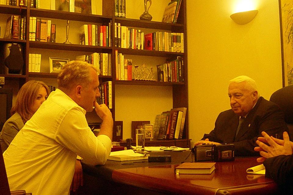 Наш специальный корреспондент Алексей Осипов оказался последним русскоязычным  журналистом, который взял интервью у политика за несколько месяцев до того, как он впал в кому в 2006 году.