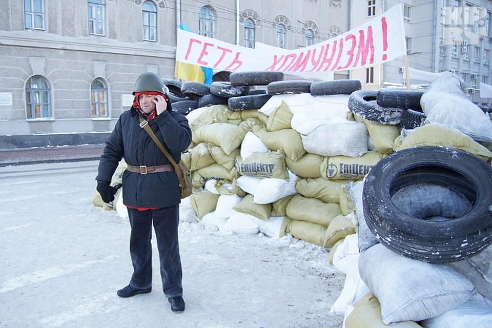 Баррикады стоят напротив областной администрации