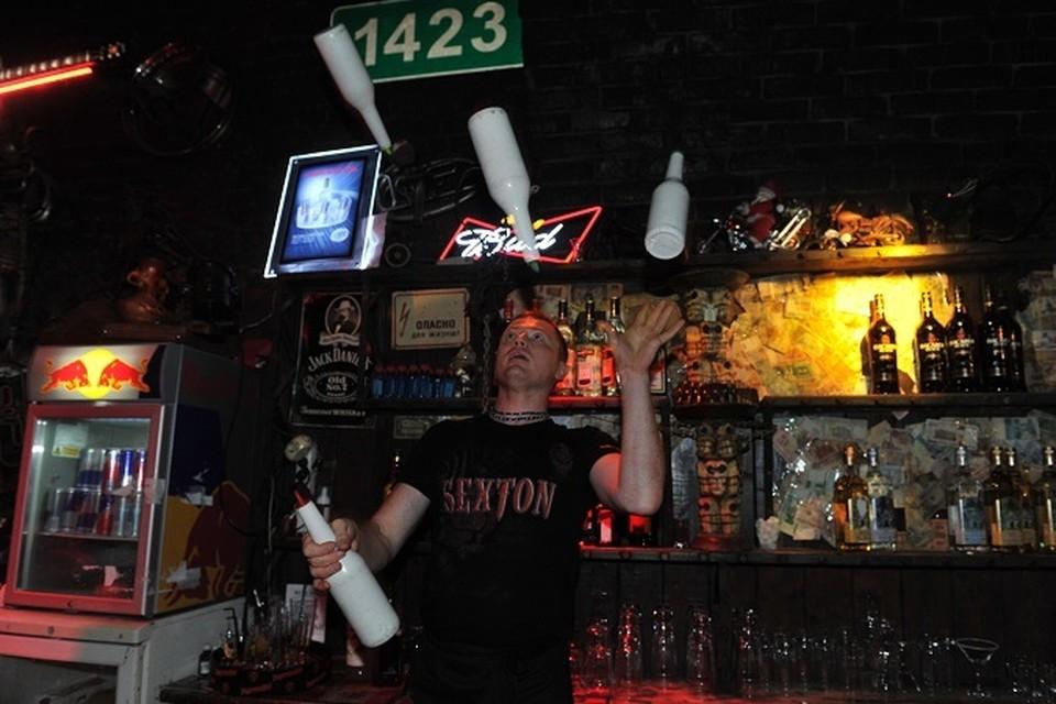 Бармен жонглирует бутылками