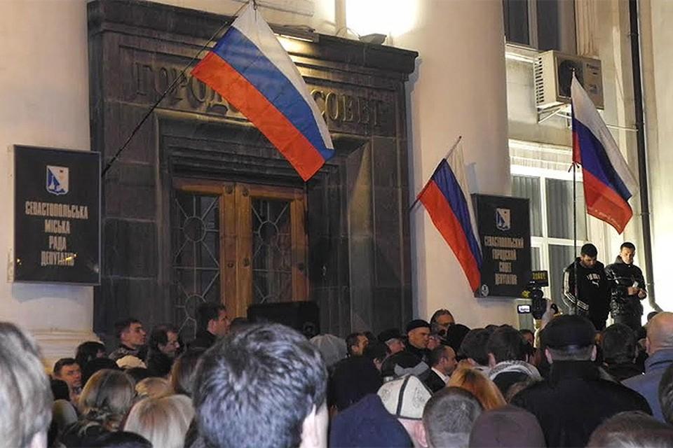 Российские флаги на здании Городского совета депутатов в Севастополе