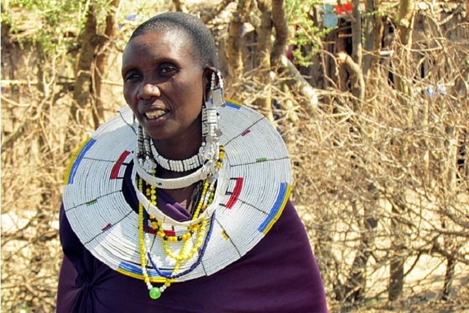 Женщина племени масаи с украшениями в ушах